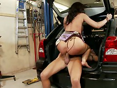Kelly gets fucked in the trunk of the car